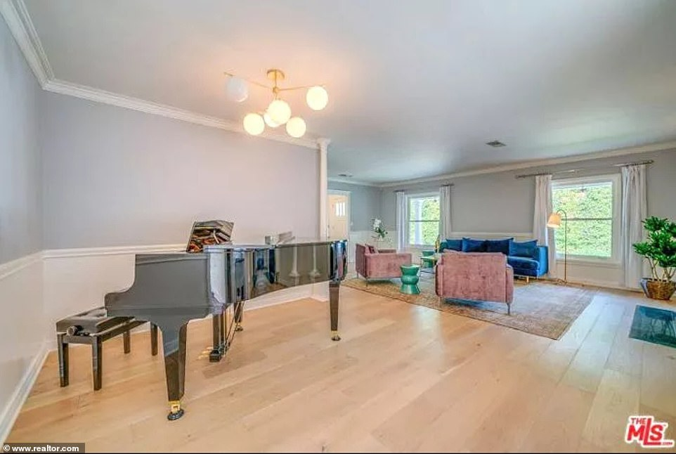 33779862 8786839 Plenty of room for a musician There is space for a large piano i a 91 1601410439864 - Ca sĩ Selena Gomez bán biệt thự 2,37 triệu USD - tin-tuc, nha-dep, kien-truc